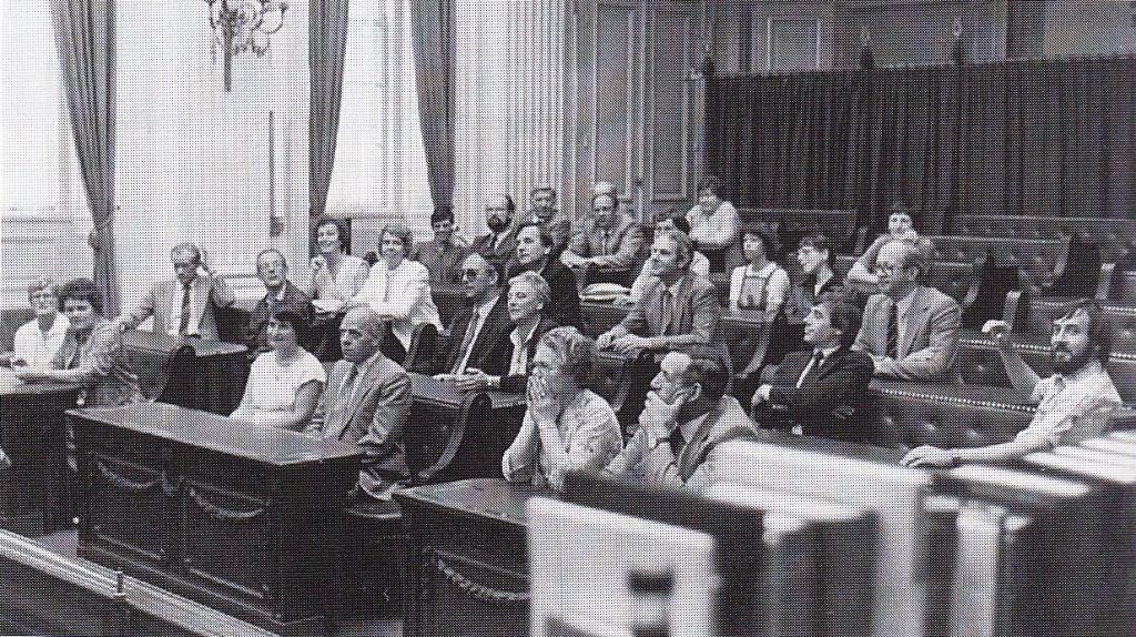 Lid van de Tweede Kamer is Romé Fasol nooit geweest, wel bracht hij in 1986 met het gemeentebestuur van Nistelrode een bezoek aan het Binnenhof. Hij zit op deze foto als tweede van rechts. Wethouder J. van Dijk zit in de middelste rij in de voorste bank, de andere wethouder J. Geurden twee banken daarachter aan de rechterkant. Gemeentesecretaris J. van der Linden zit in de meest linkse rij in de vierde bank (foto: J. van der Linden, Nistelrode)