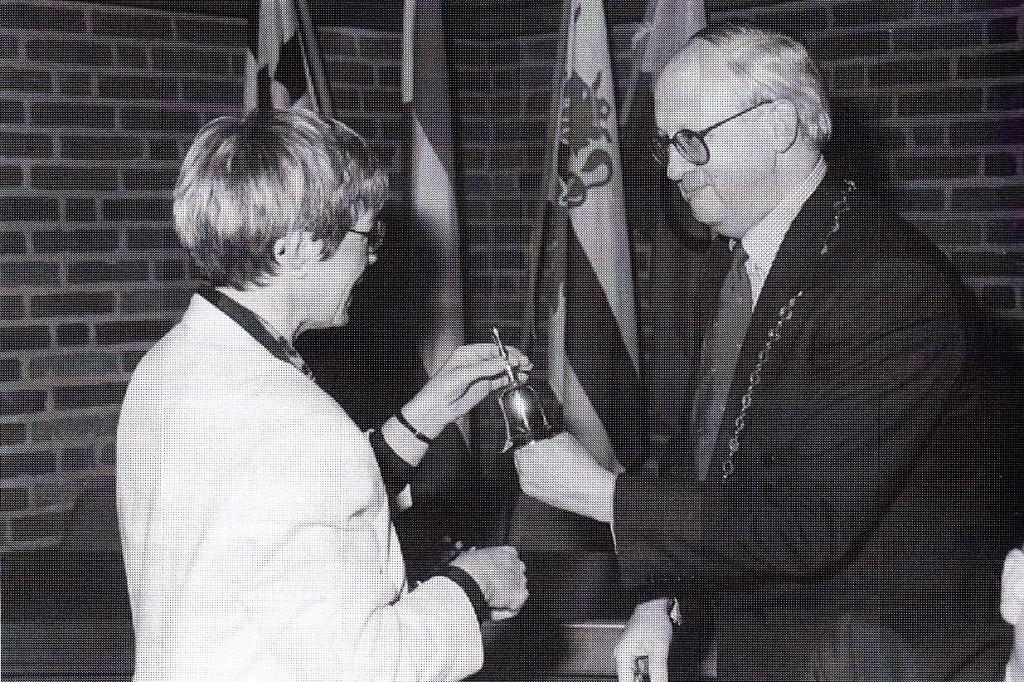 Bij haar afscheid als wethouder van de gemeente Horst op 15 maart 1994 overhandigt Romé Fasol de erebel van de gemeente Horst aan C. Buijssen. (foto: gemeente Horst)