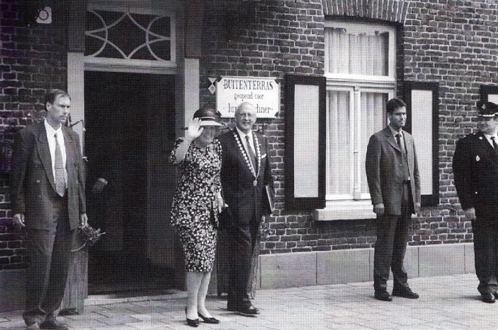 Samen met koningin Beatrix tijdens haar bezoek aan Horst voor restaurant Het Groenewoud, 24 augustus 1999. (foto: K. van de Loo, Horst)