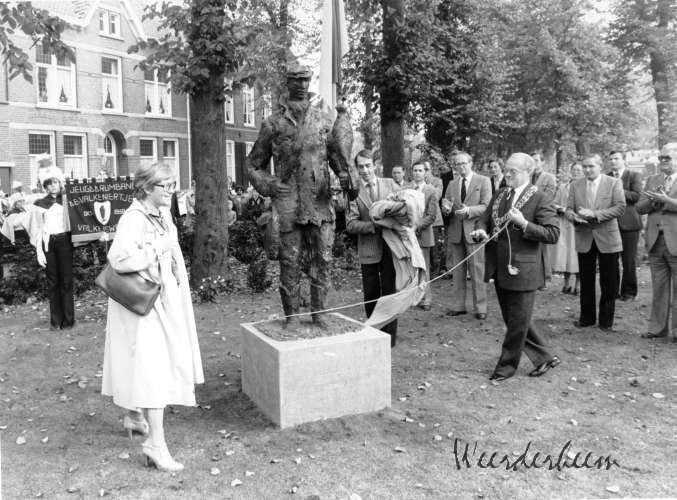 Onthulling van het beeld van de Valkenier van Willy van der Putt.
