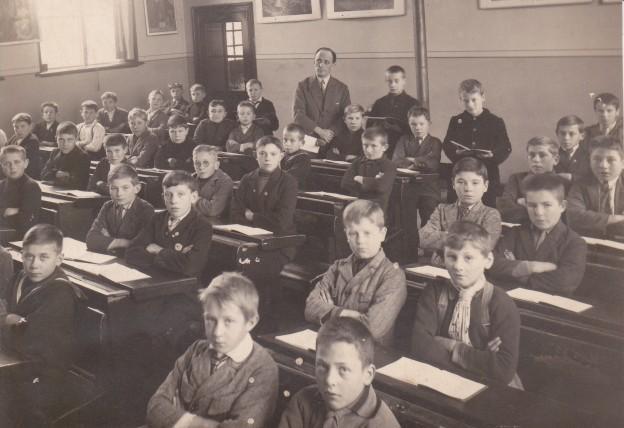 Ca. 1935: Piet Fasol (1890-1961) met leerlingen.
