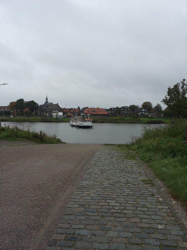 Broekhuizen, gezien vanaf de overkant van de Maas.
