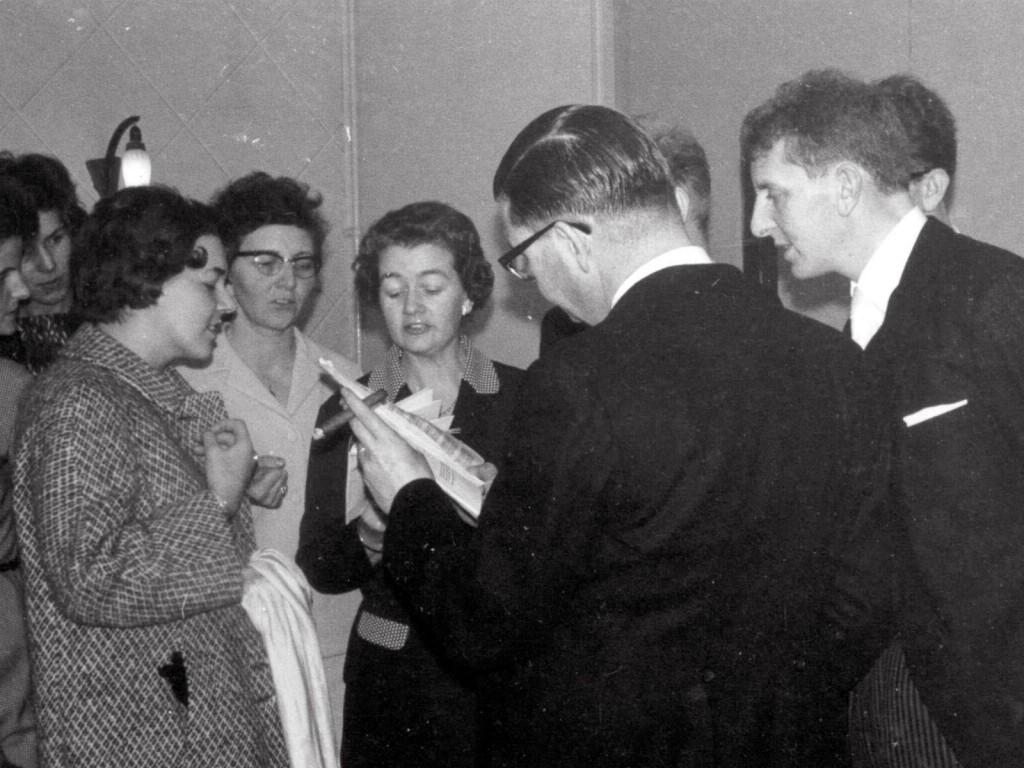 Ineke, Netta, Toos en Leo studeren een lied van Karel (op voorgrond) in bij bruiloft van Bep en Paul, januari 1967; achter Karel en Leo staan Theo en Pierre; links zie je nog Fien en Miep op de achtergrond.