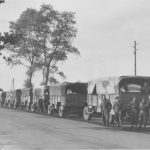 Britse trucks halen vluchtelingen op bij St. Anna in Venray. (Foto: Beeldbankwo2.nl)