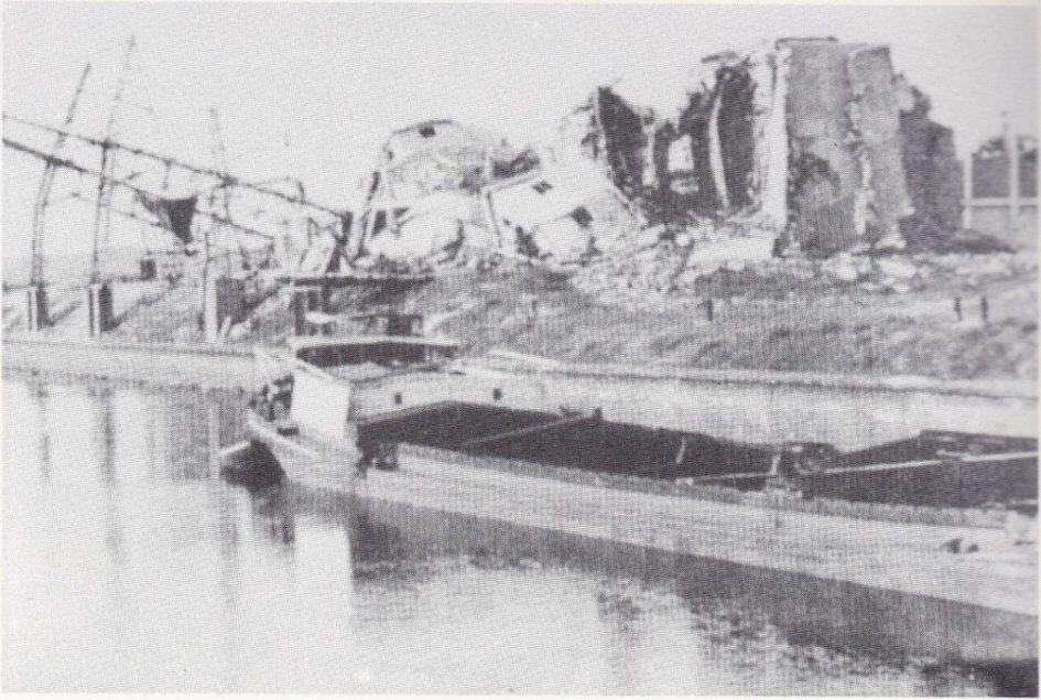 Het verwoeste magazijn van Landbouwbelang. De silo, malerij en de loodsen werden opgeblazen. (Foto: Jean van Els e.a. 'Oud Wanssum en Geijsteren op de foto!')