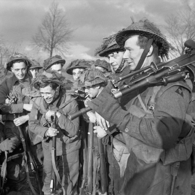 Manschappen van het 1st British Royal Norfolk Regiment pauzeren op weg naar hun post in Wanssum. Foto genomen op 26 november 1944. (Foto: Imperial War Museums)