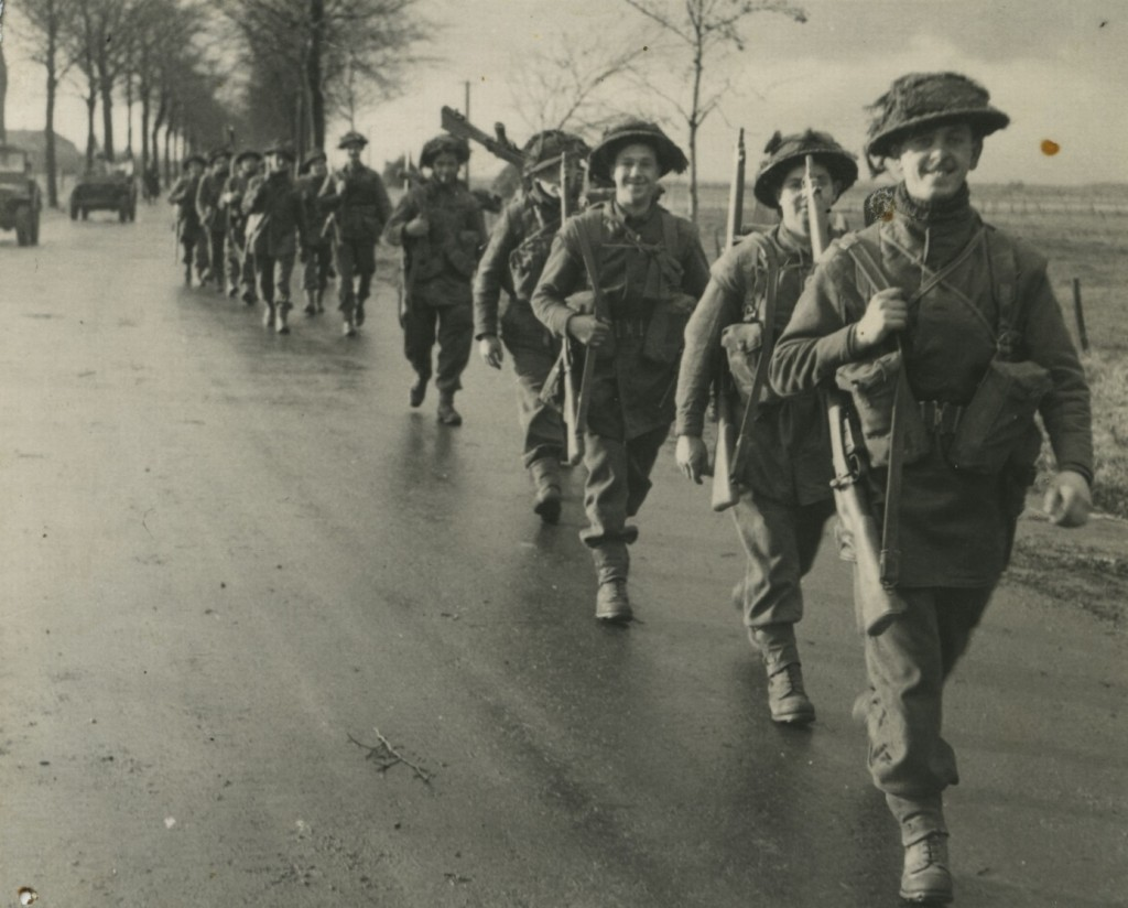 Manschappen van het 1st British Norfolk Regiment op weg van Oostrum naar Wanssum, 26 november 1944. ((Foto: Beeldbankwo2.nl)