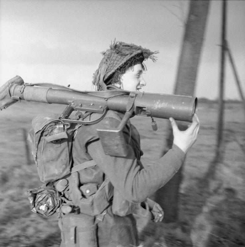 Een PIAT schutter (anti-tankwapen) van het 1st British Royal Norfolk Regiment op weg naar Wanssum, 26 november 1944. (Foto: Imperial War Museums)