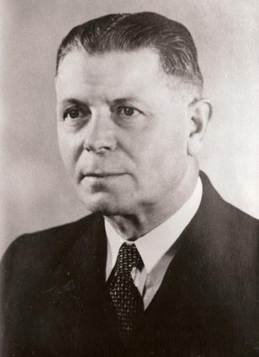 Meester Theo Peters, geboren in Sambeek, 16 april 1892, hoofd van de school in Oirlo, werd na de oorlog lid van Gedeputeerde Staten in Limburg. In Oirlo is een straat naar hem vernoemd; de Deputé Petersstraat. Hij overleed op 23 juni 1959. (Foto: Limburgserfgoed.nl)