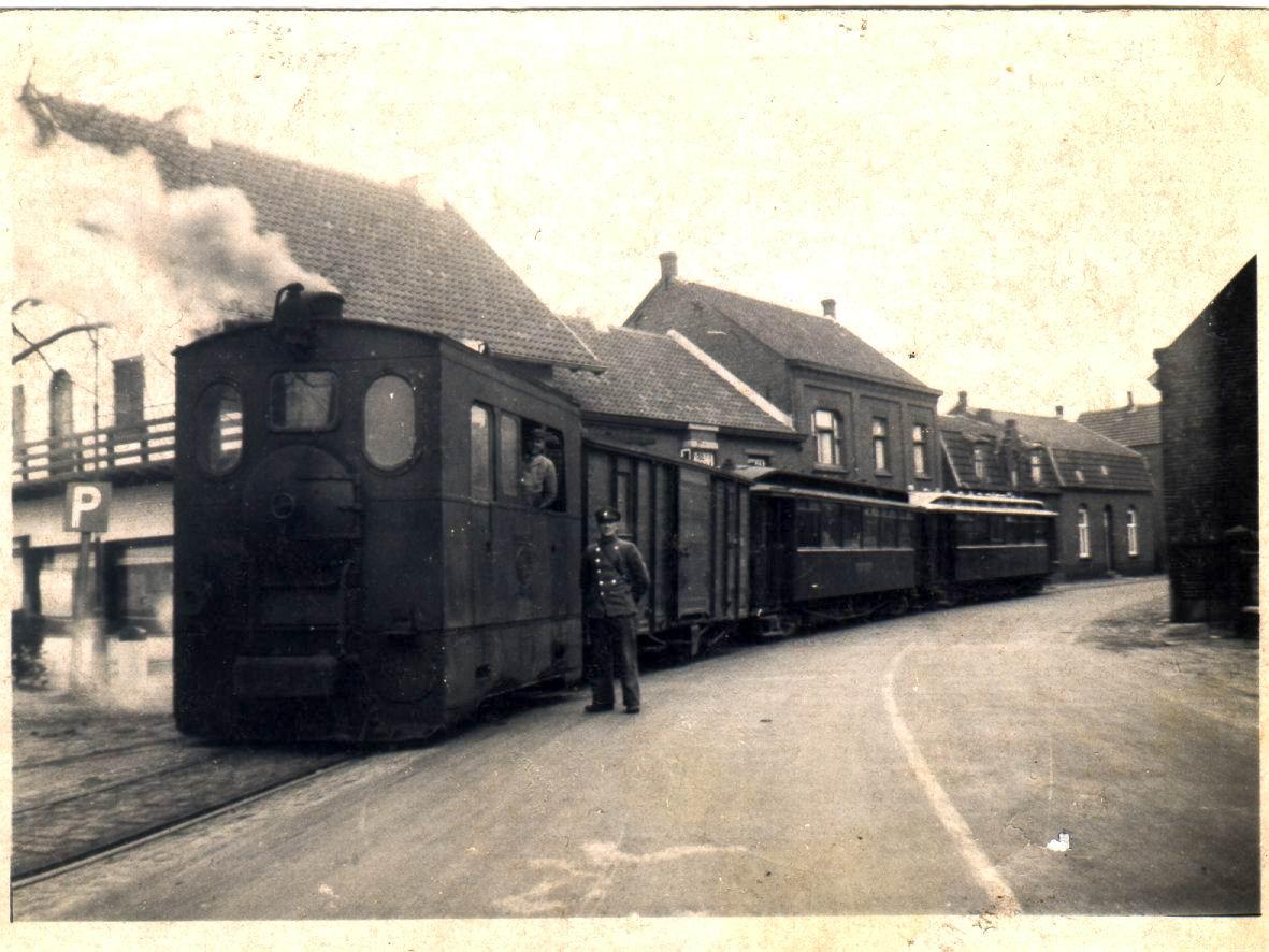 De tram in Arcen, hier mét locomotief en personenwagons. (foto: Gennepnu.nl)