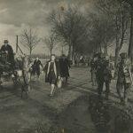 Het Eerste Bataljon Royal Norfolk marcheert in tegengestelde richting van de vluchtelingenstoet op 26 november 1944. Op de kar: Sef Cuppen. De vrouw met de tas en de hond heet Annie, zij zou later trouwen met Lei Francken. (De personen zijn herkend door Tilly van Els. Foto: Beeldbankwo2.nl)