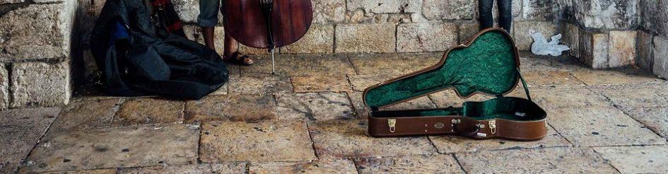 Open gitaarkist bij straatmuzikanten.