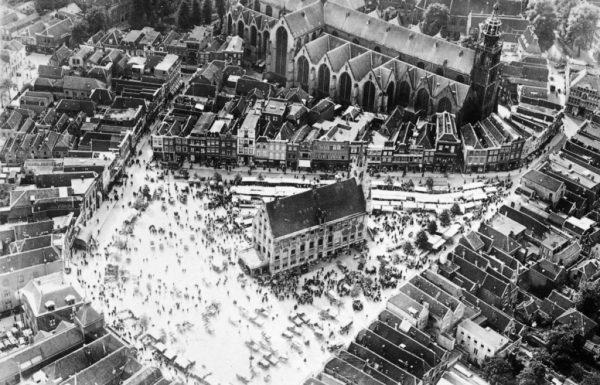 De Sint Janskerk, Markt en Stadhuis vanuit de lucht (1939). Foto: Rijksdienst voor het Cultureel Erfgoed.